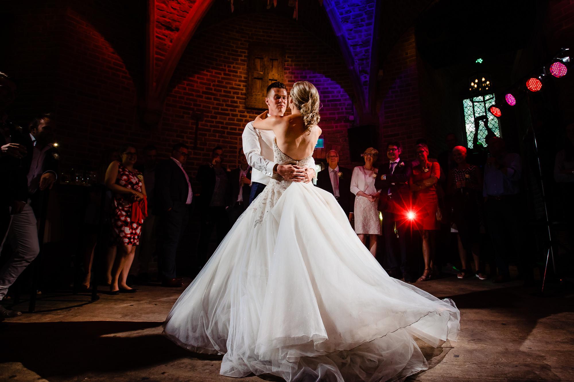 foto met dansend bruidspaar in een prachtige ruimte in een klein kasteeltje