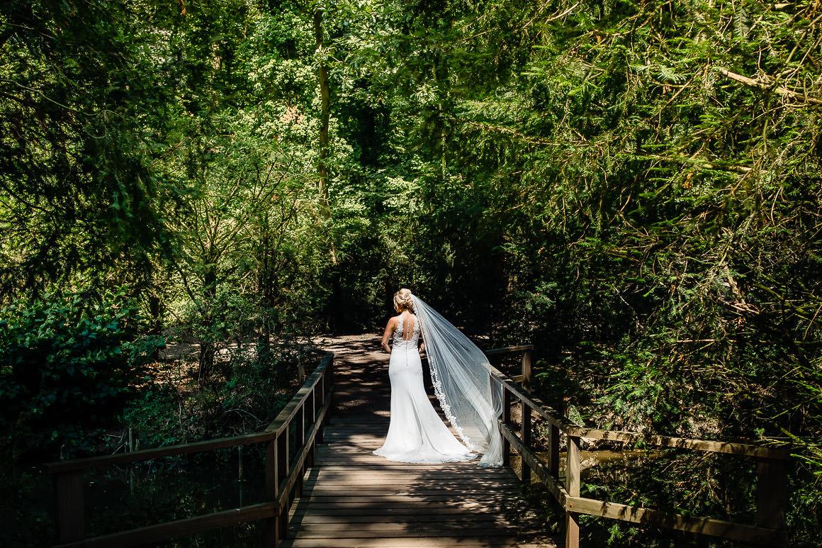 een foto van de bruid, de achterkant van haar jurk met prachtige sluier