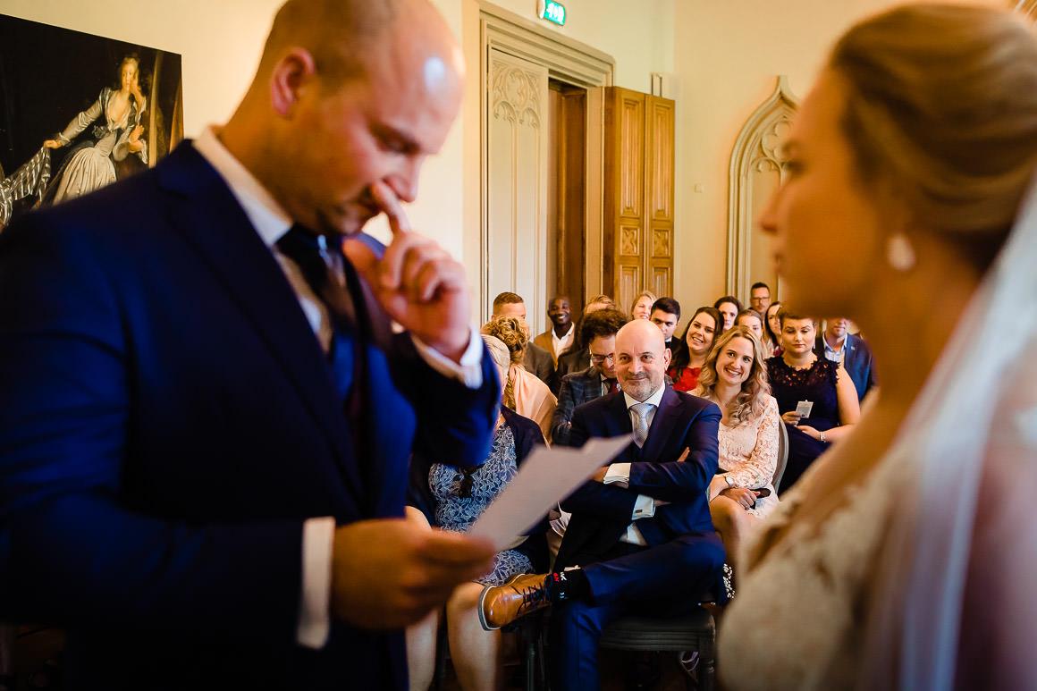 bruidegom leest zijn geloften voor aan zijn bruid