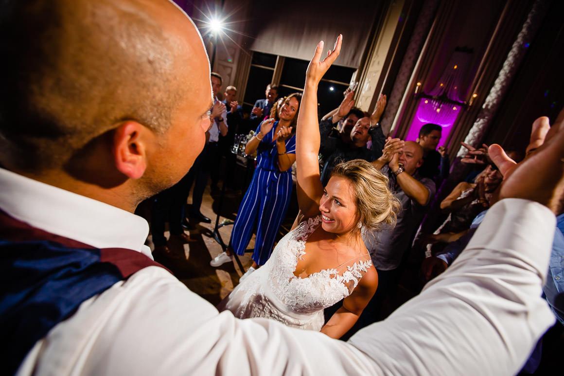 bruid en bruidegom zijn lekker aan het dansen