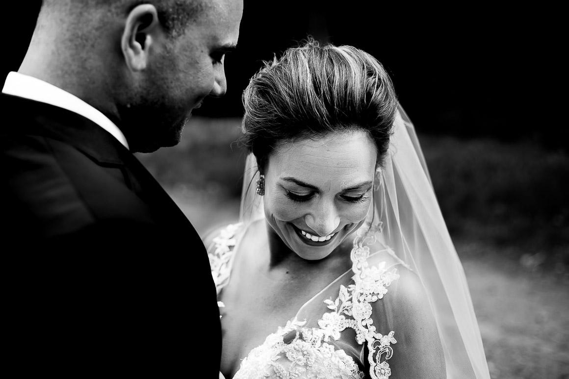zwart wit foto van het stralende bruidspaar