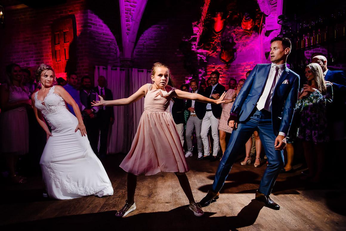 bruidspaar danst de openingsdans met hun dochter