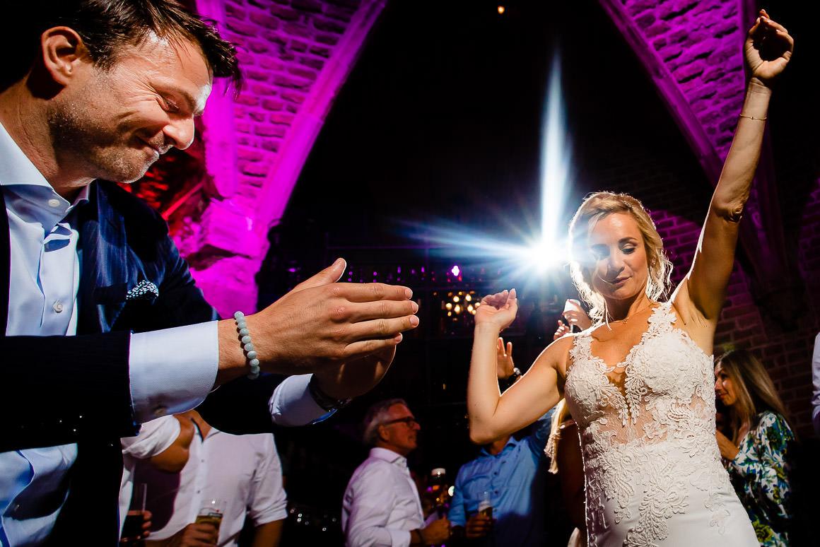 bruid danst met haar broer en het dak gaat er af!