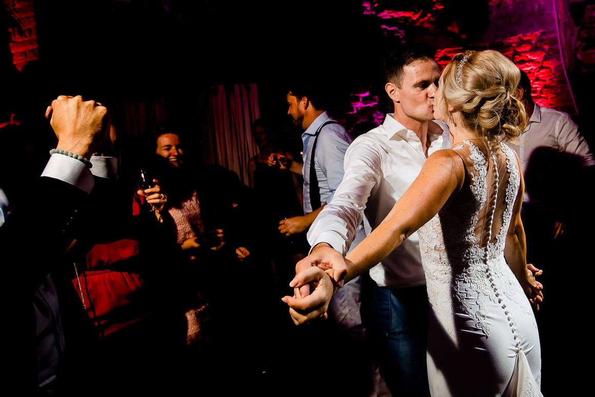 bruid danst met bruidegom