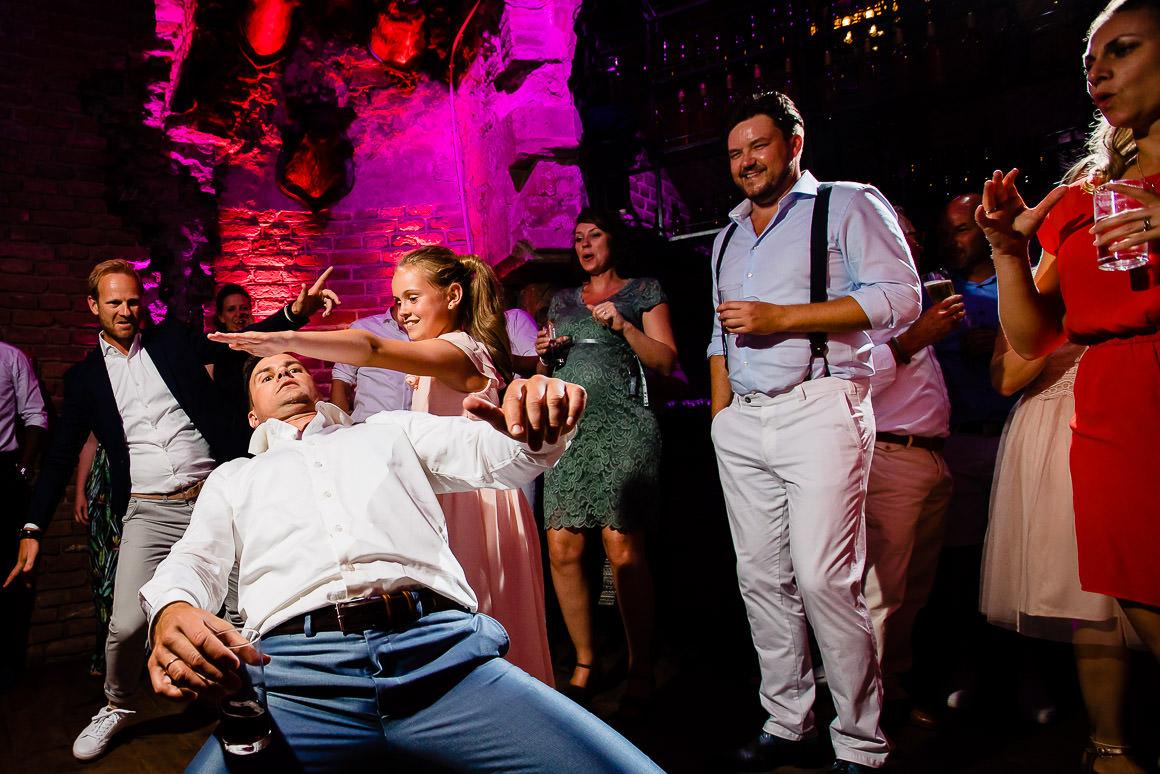 bruidegom doet de limbo met zijn dochter