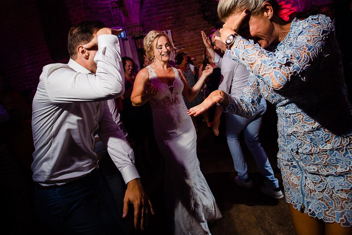 bruid danst met bruidegom en haar vriendin een grappig dansje