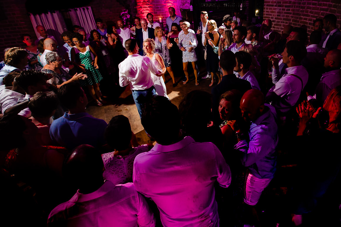 laatste dans van het bruidspaar in het midden van een grote groep gasten in kasteel duurstede