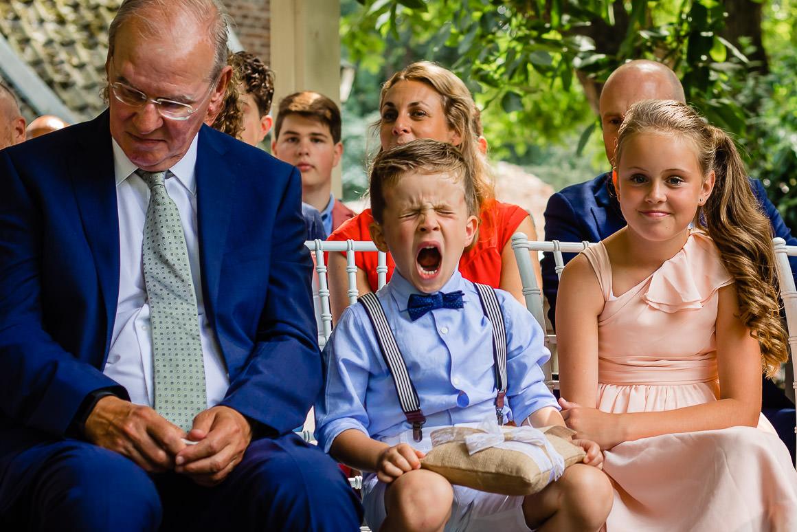 een foto van het zoontje van het bruidspaar dat tijdens de ceremonie heel hard zit te gapen