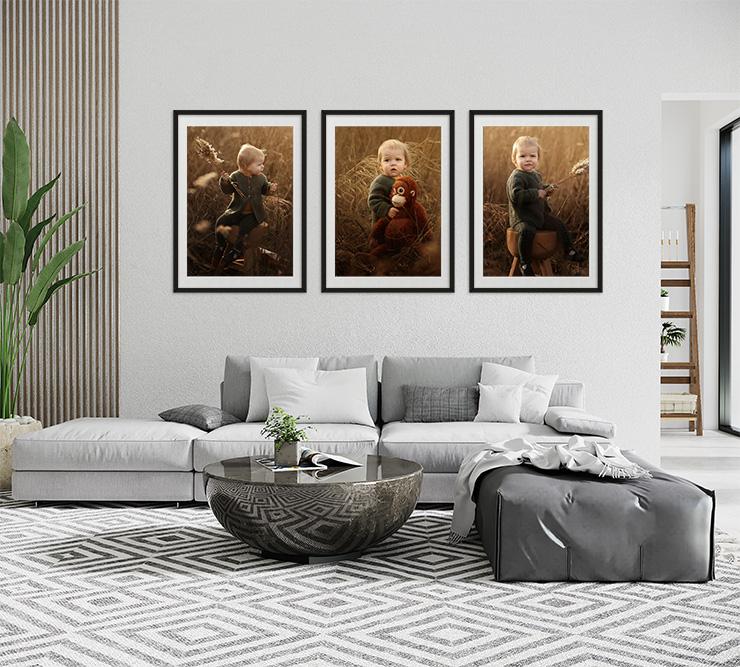 drie foto's in een lijst aan de muur van een kindje in een bruin veld